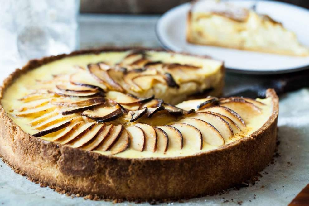 Apple tart with vanilla sauce