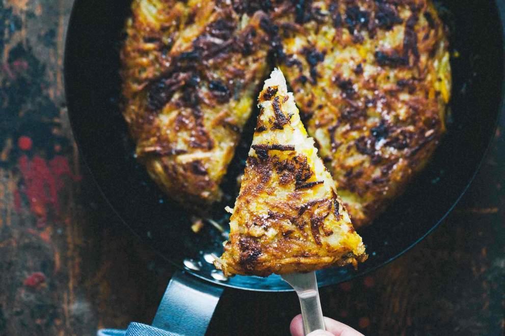Rösti (krompirjev kolač z bučkami) v ponvi