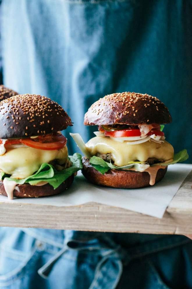 Goveji hamburger postrežen na leseni deski