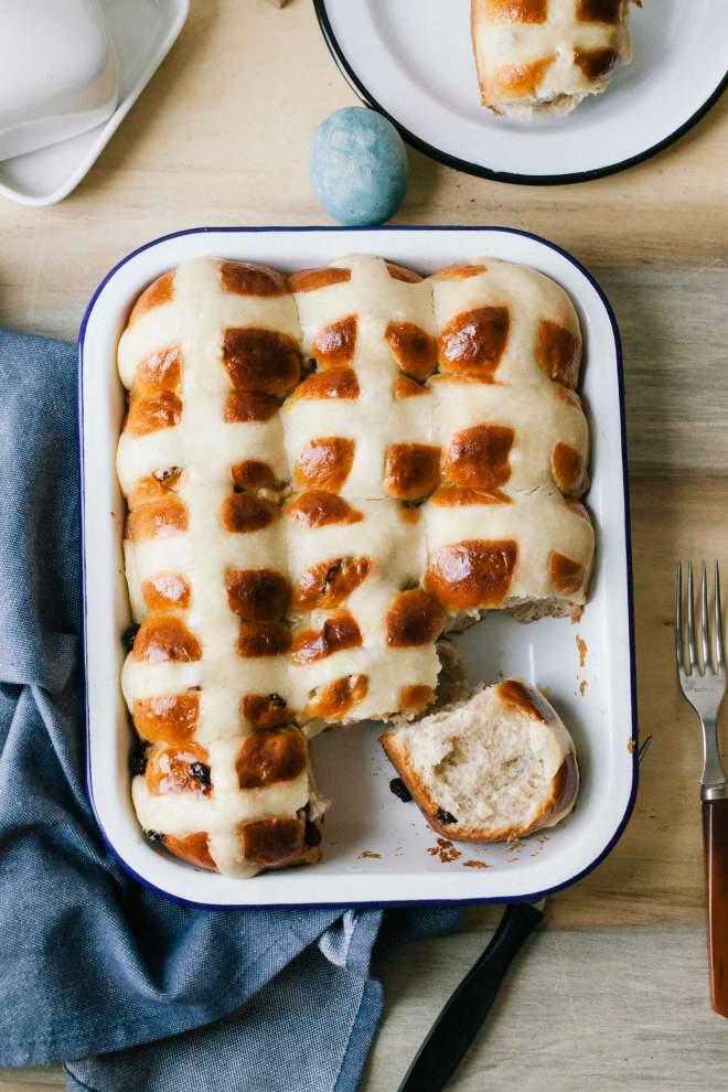 V pekaču pečeni velikonočni sadni kruhki