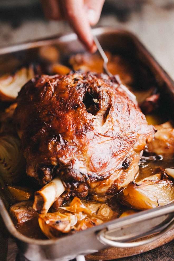 Jagnječje pleče pečeno v pekaču