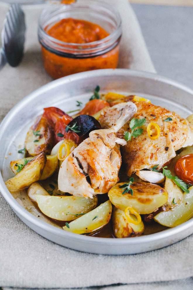 Pečen piščanec z mladim krompirjem postrežen z zelišči