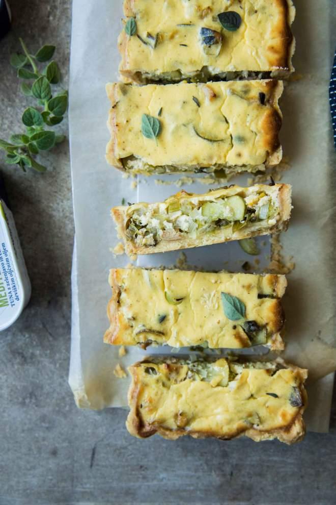 Zelenjavna pita s tuno Mediterana in prelivom