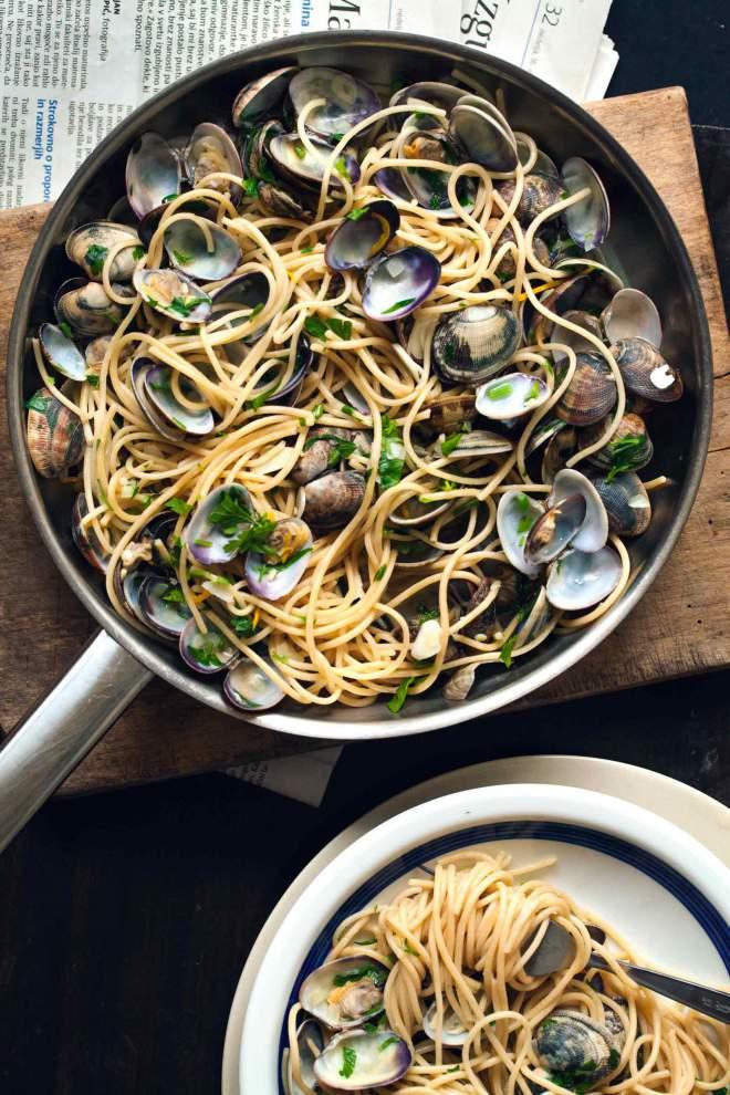 Špageti z vongolami in peteršiljem v ponvi