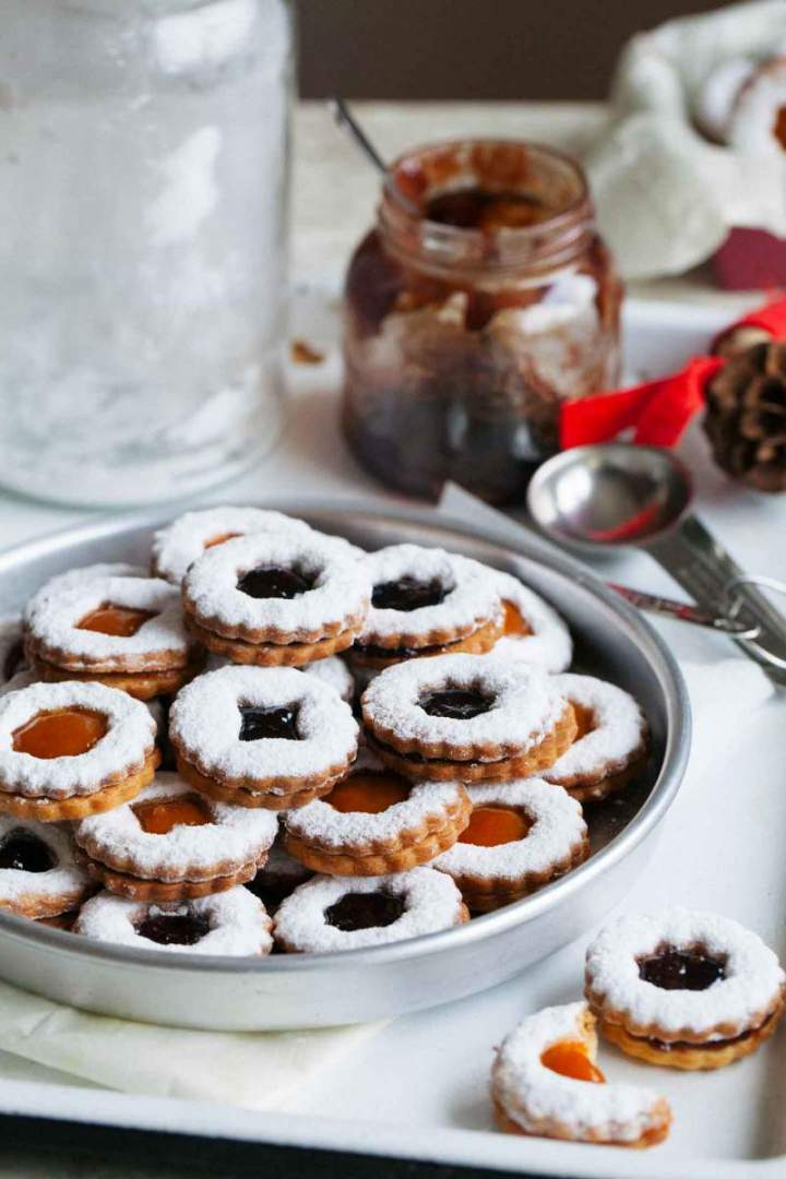 Brittle linzer cookies with marmalade